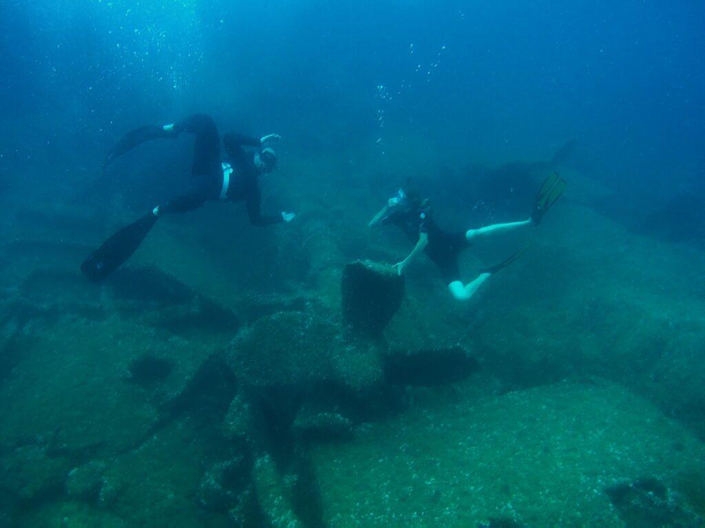 Chobotnička (Daniel) a Dalibor u vraku nákladní lodi. Sardinie.